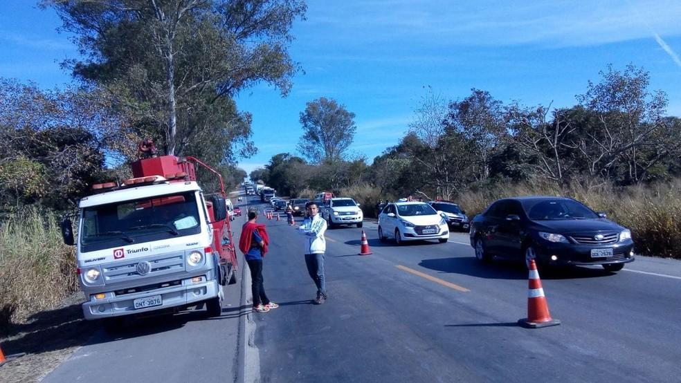 Trânsito segue em sentindo siga e pare  — Foto: Aline Fonseca/G1