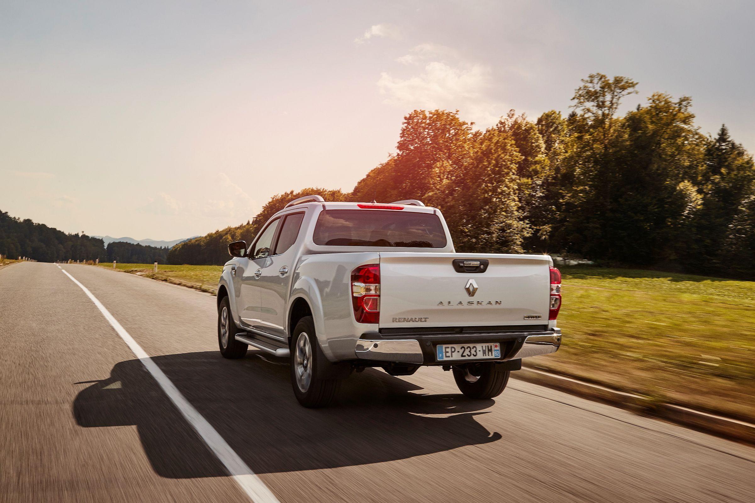 Renault Alaskan na cor prata com a traseira em detalhe em movimento na estrada