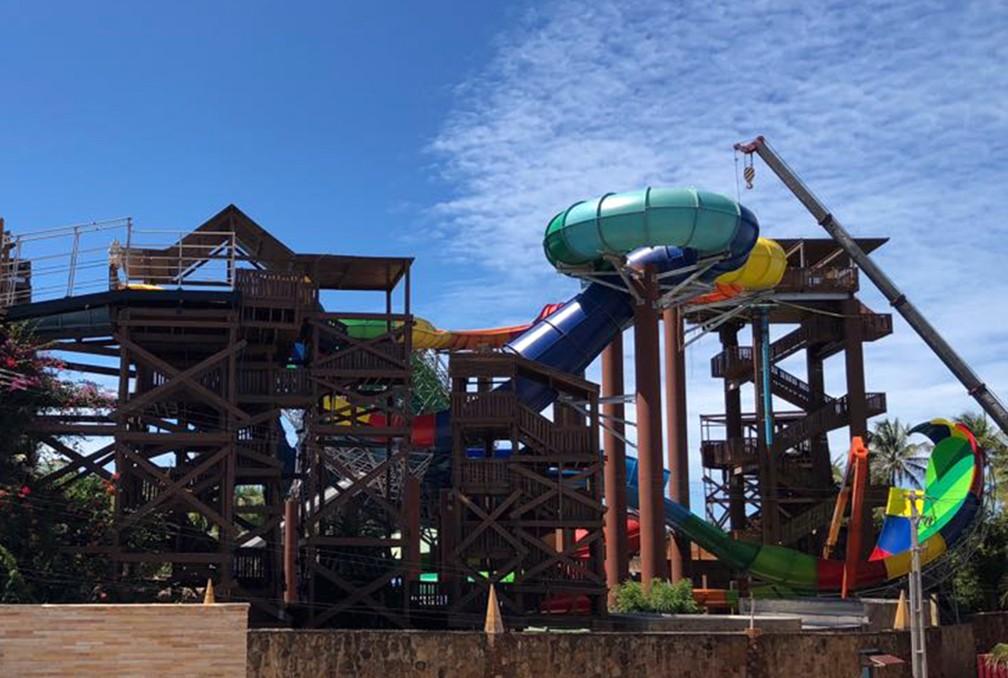 Atração do Beach Park 'Vainkará', em fase final de construção, em foto tirada em junho; turista de Sorocaba morreu depois de bater a cabeça durante o trajeto no brinquedo — Foto: Geraldo Jr./G1