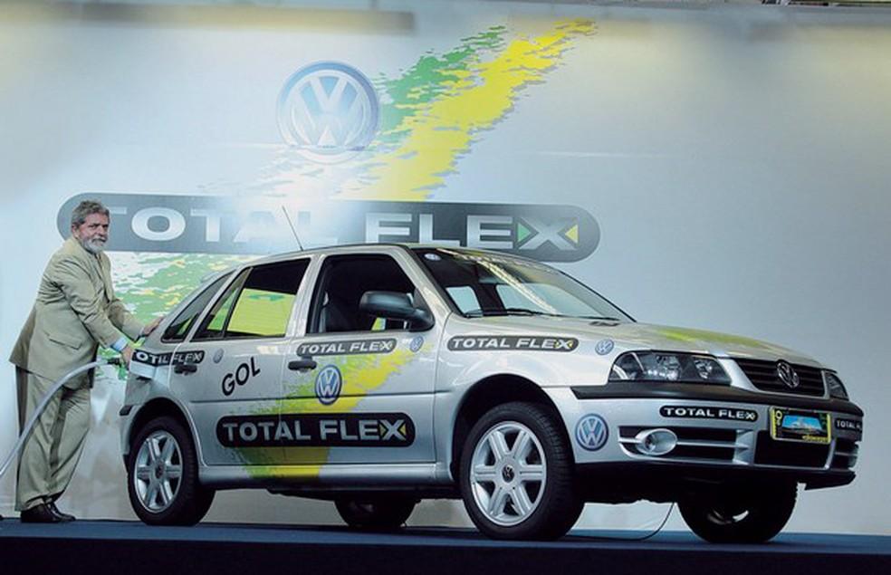 Primeiro modelo com motor bicombustível, um VW Gol 1.6, surgiu em 2003 — Foto: Divulgação