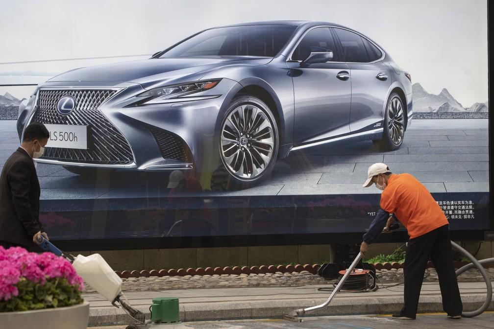 Concessionárias na China dão bônus aos clientes para tentar retomar vendas — Foto: Ng Han Guan/AP