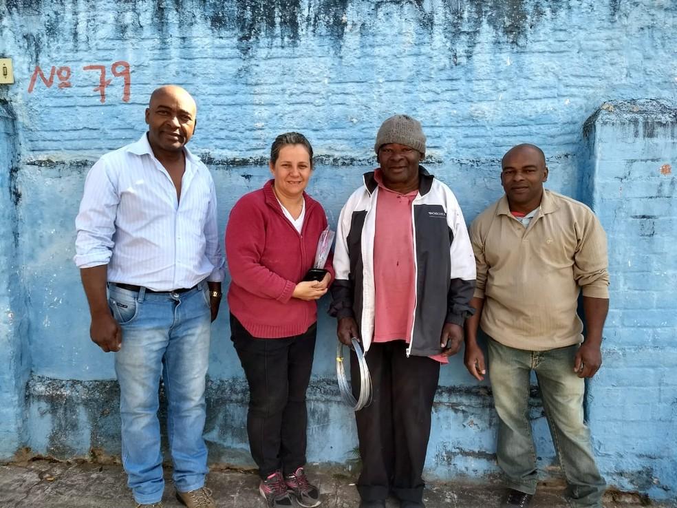 Fabiano Moreira Gomes com Cláudia Gripe e os irmãos no dia em que a família foi buscá-lo em Campinas — Foto: Marta Gomes Dias