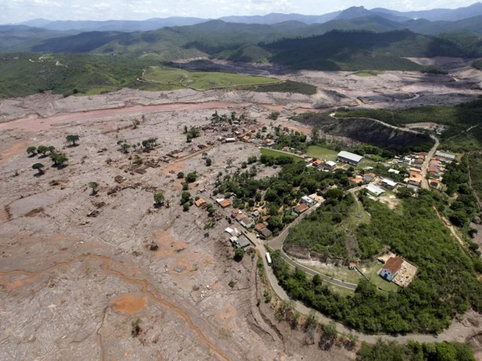 Vista aérea do distrito de Bento Rodrigues, em Mariana, após o rompimento de barragens de rejeitos da mineradora Samarco  — Foto: Ricardo Moraes/Reuters
