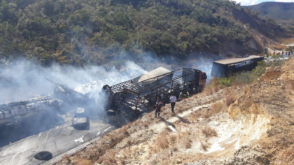 Veículos pegaram fogo — Foto: Ana Claudia Mendes/ Inter TV