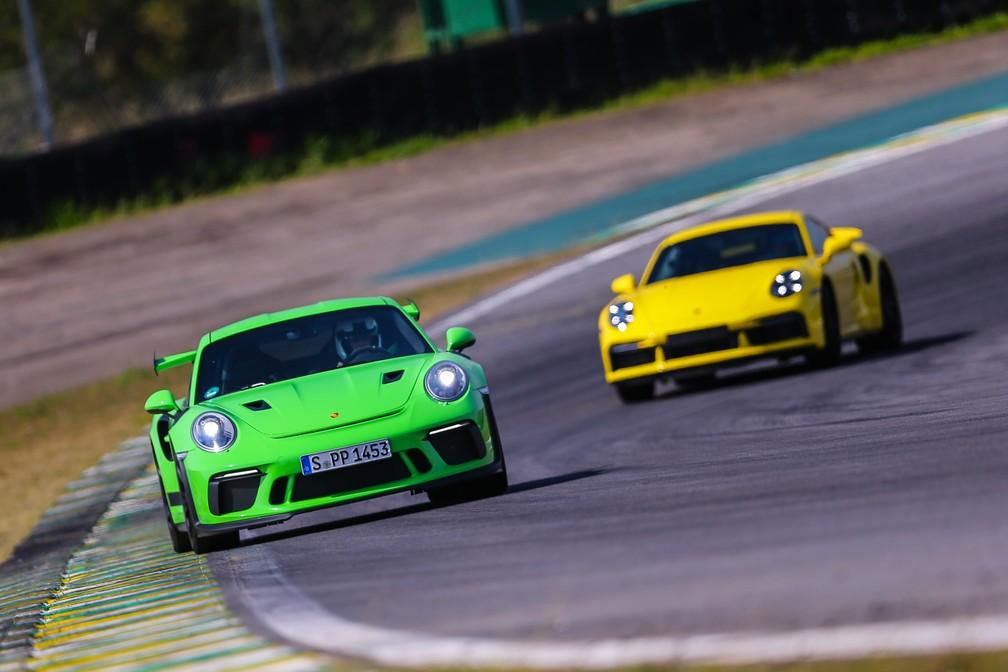 Porsche 911 Turbo S é mais rápido do que o GT3 RS nas retas, mas perde em curvas — Foto: Divulgação