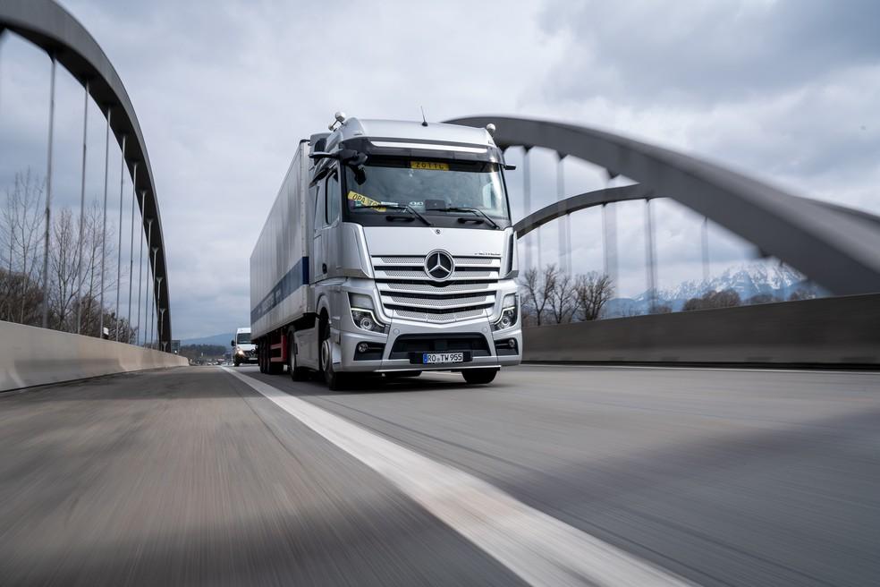 Mercedes-Benz Actros europeu é mais alto - e tem grade frontal com uma fileira a mais — Foto: Divulgação