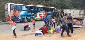 Acidente entre carreta e ônibus deixa um morto e dez feridos na BR-381, em MG