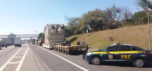 Caminhão com transformador de 480 t volta a circular pela Via Dutra, no Sul do RJ