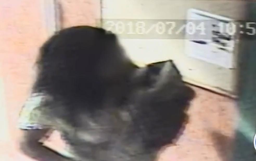 A suspeita foi descoberta pela polícia após tentar registrar o bebê e não conseguir comprovar a maternidade — Foto: Reprodução/TV Globo