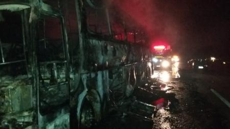 Ônibus de turismo pega fogo na BR-040, na Região Central de Minas