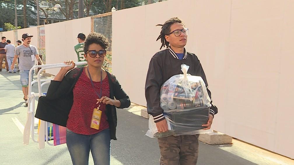 Artista carrega kit para pinturas na Praça da Liberdade, em Belo Horizonte — Foto: Reprodução/TV Globo
