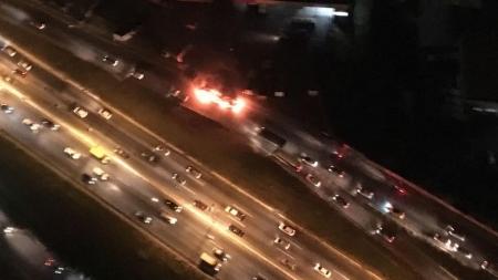 Ônibus é incendiado no Anel Rodoviário, em Belo Horizonte