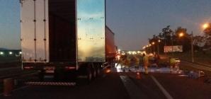 Caminhão derrama tinta na pista e interdita Via Dutra, em Itatiaia, RJ