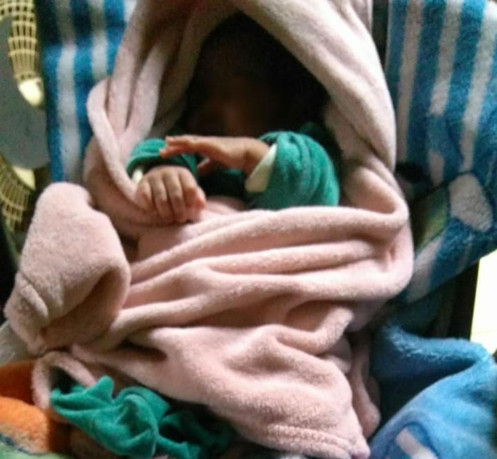 Bebê roubado da barriga da mãe é resgatado pela polícia no sábado (14) e está sob cuidados médicos — Foto: Divulgação/ Polícia Civil