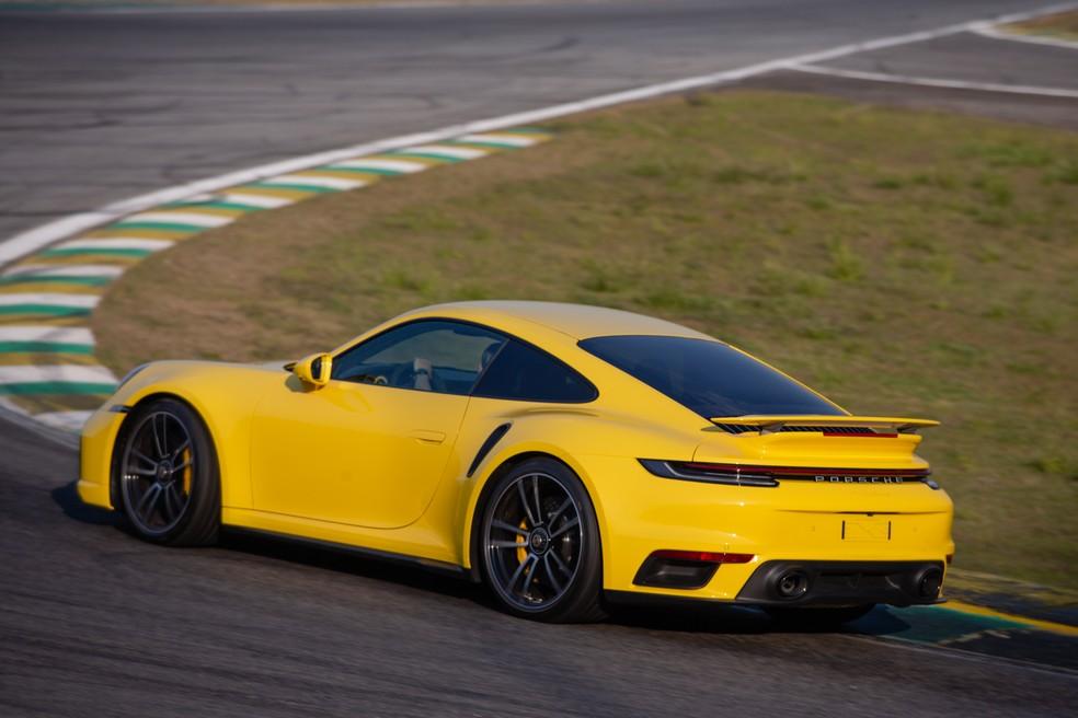 Eixo traseiro do Porsche 911 Turbo S é capaz de virar até 2 graus — Foto: Divulgação