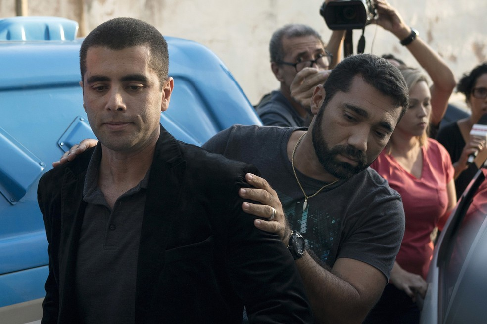 O médico Denis Cesar Barros Furtado, o Dr. Bumbum, é escoltado pela polícia após prisão no Rio de Janeiro — Foto: Leo Correa/AP
