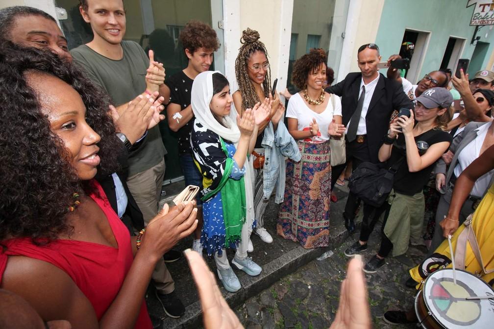 Ao lado de Malala, Jérôme Jarre, Juanpa Zurita e Elaine Welteroth aplaudem apresentação do Olodum em Salvador — Foto: Egi Santana/G1