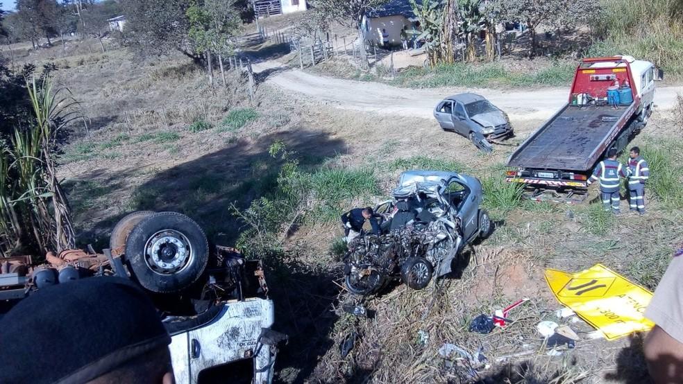 Acidente resultou na morte de três pessoas e deixa outras seis feridas em Nova Serrana  — Foto: Aline Fonseca/G1