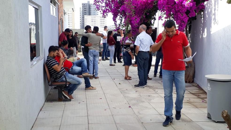 Familiares estão colhendo sangue para identificação das vítimas no IML de Montes Claros — Foto: Pablo Caires/ Inter TV