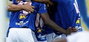 Cruzeiro vence, torce e faz contas