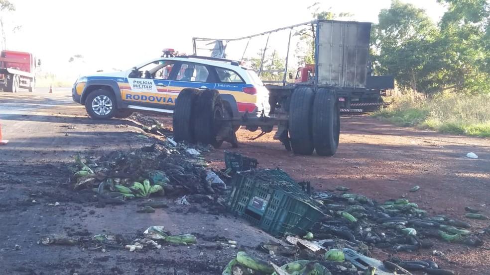 Carga de bananas ficou espalhada na rodovia após acidente na BR-135 — Foto: Ana Carolina Ferreira/Inter TV