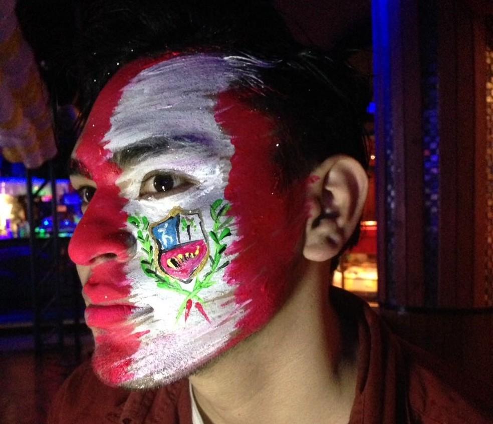 Jovem exibe pintura facial com a bandeira do Peru — Foto: Divulgação/ Guillermo Leon