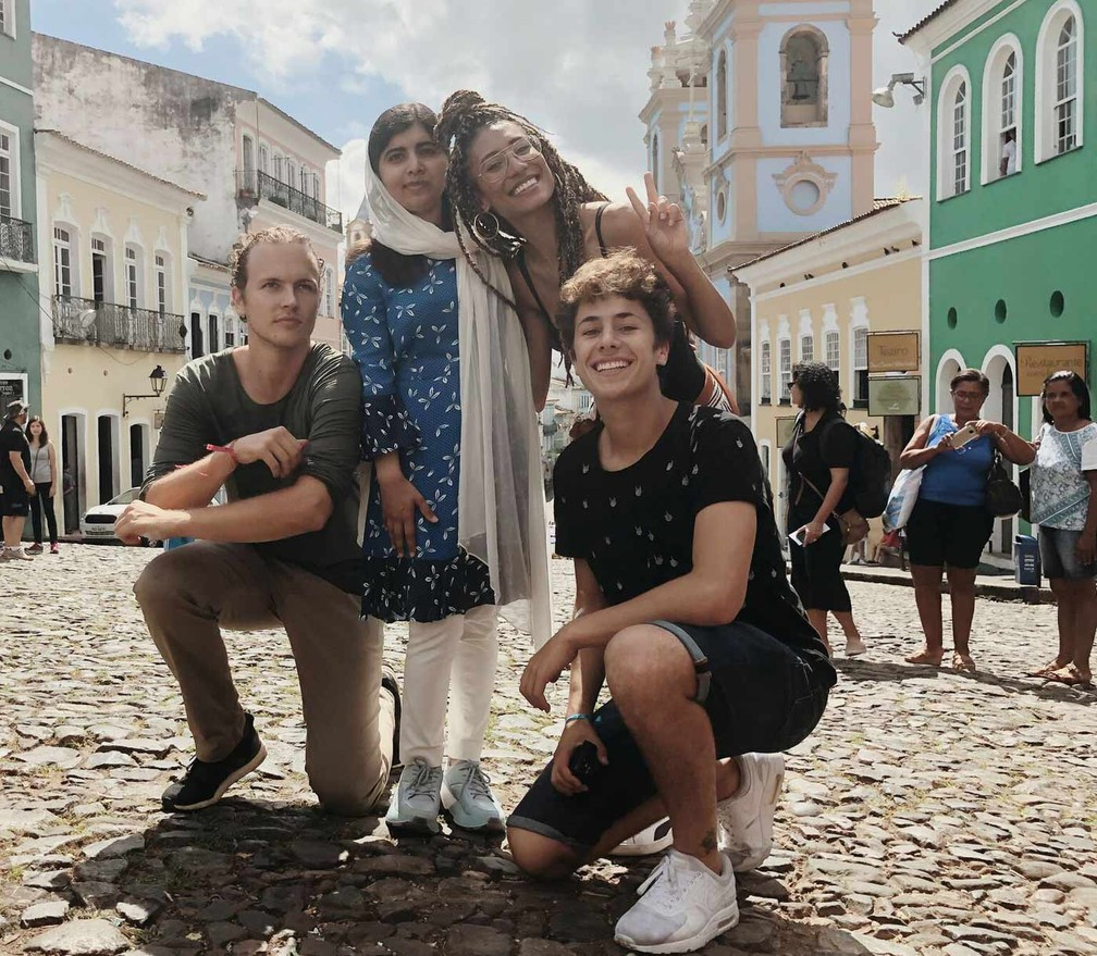 Malala posa ao lado de Jérôme Jarre (esq.), Elaine Welteroth e Juanpa Zurita no Pelourinho, em Salvador — Foto: Divulgação/Luisa Dörr/Malala Fund