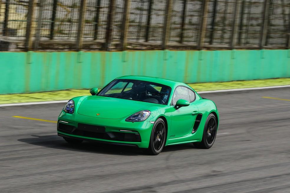 Equipado com câmbio manual, Porsche 718 Cayman é bem mais 'arisco' do que o 911 Turbo S — Foto: Divulgação