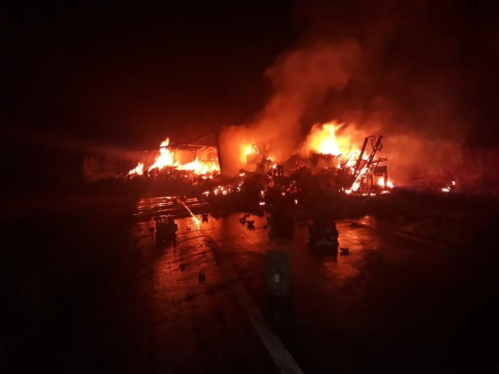 Carreta pegou fogo e motorista morreu carbonizado na BR-135 — Foto: Corpo de Bombeiros/Divulgação