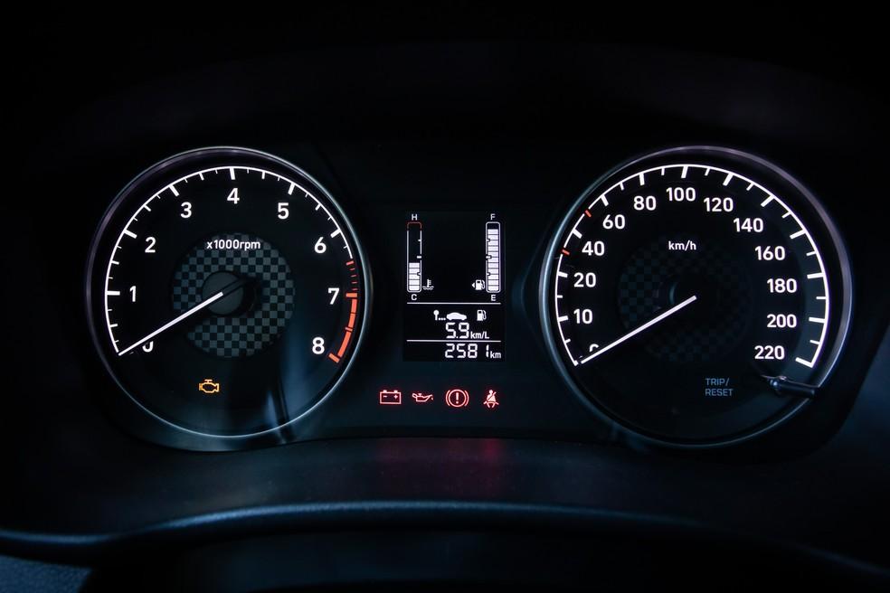 Quadro de instrumentos do Hyundai HB20 Sense veio do modelo anterior — Foto: Celso Tavares/G1