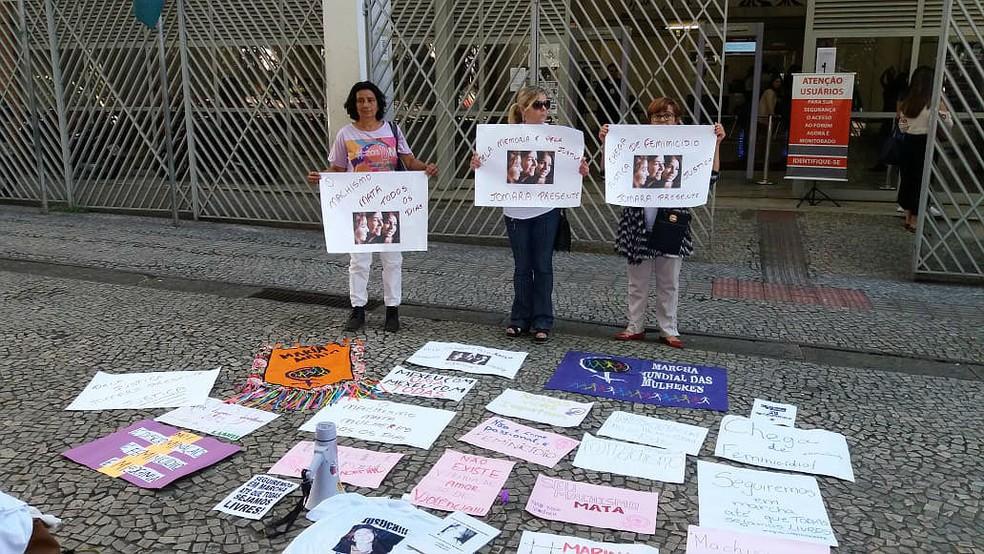 Mulheres fazem ato contra feminicídio na porta do Fórum Benjamin Colucci antes do julgamento — Foto: Vagner Tolendato/G1