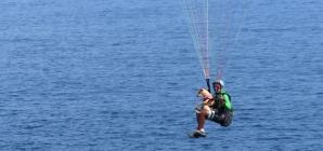 Instrutor de voo livre salta de parapente com vira-lata para chamar a atenção sobre animais abandonados