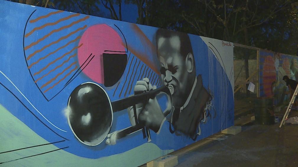 Obra faz referência a músico na Praça da Liberdade, em BH — Foto: Reprodução/TV Globo