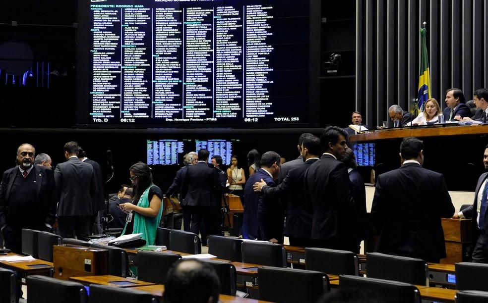 Deputados reunidos no plenário da Câmara durante a sessão desta terça-feira (10) — Foto: Luis Macedo/Câmara dos Deputados