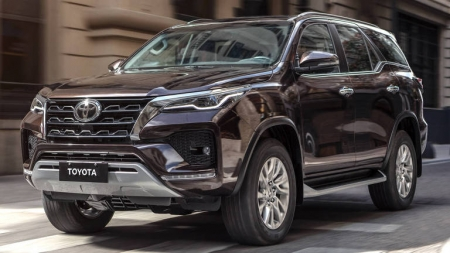 Toyota SW4 acompanha a Hilux e ganha novo visual