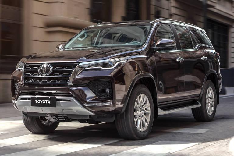 Toyota SW4 acompanha a Hilux e ganha cara nova