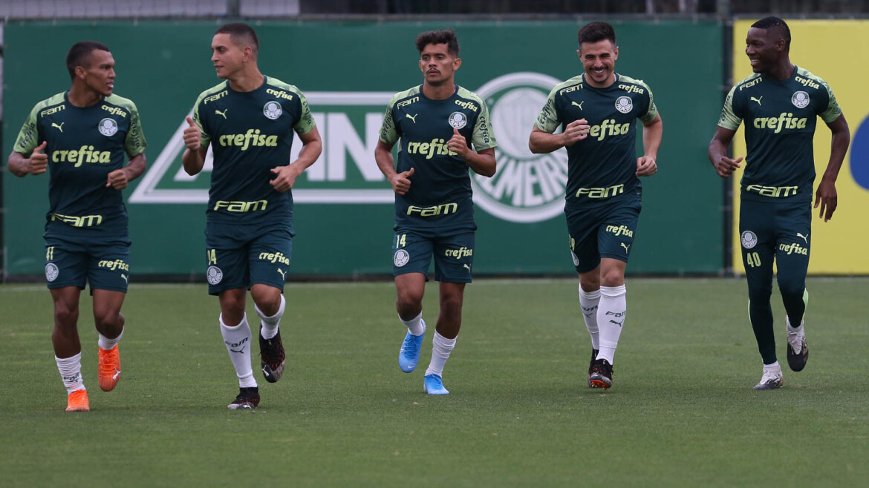 Os jogadores Gabriel Veron, Renan, Gustavo Scarpa, Willian e Patrick de Paula (E/D), da SE Palmeiras, durante treinamento, na Academia de Futebol.