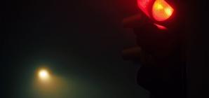 Avançar sinal vermelho depois das 22h dá multa?