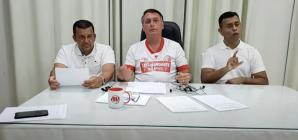 Com camisa do Náutico, Bolsonaro faz última live do ano