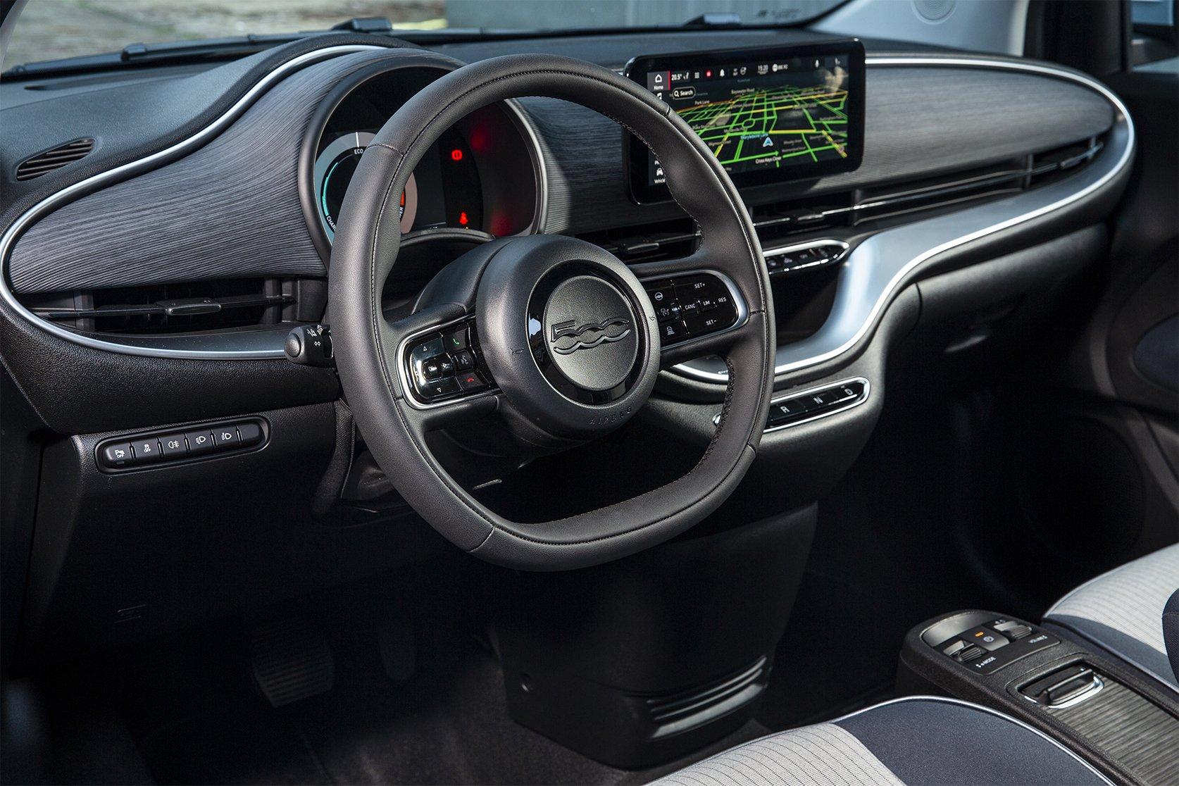 novo fiat 500e volante e interior
