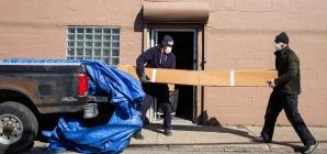 Ford encontra US$ 100.000 em couro durante demolição e doa para instituições