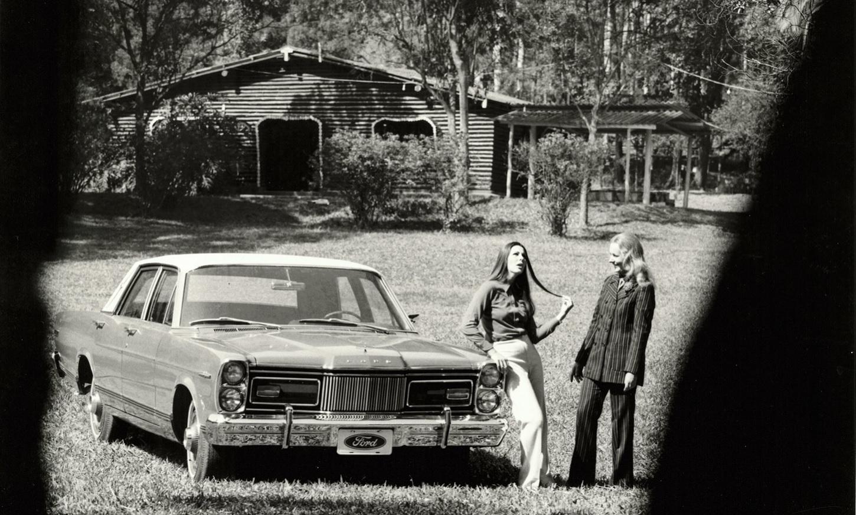 ford landau 1973 de frente com duas mulheres