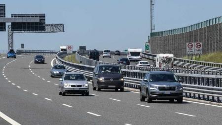 'Rodovia elétrica' promete recarga sem fio de carros em movimento